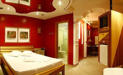 img-suite-luxo-com-hidro-parede-vermelha-belle-motel