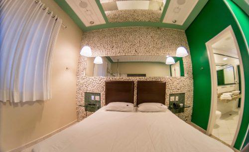 img-suite-super-luxo-cama-verde-teto-belle-motel