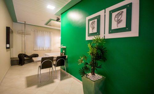 img-suite-super-luxo-parede-verde-quadros-belle-motel